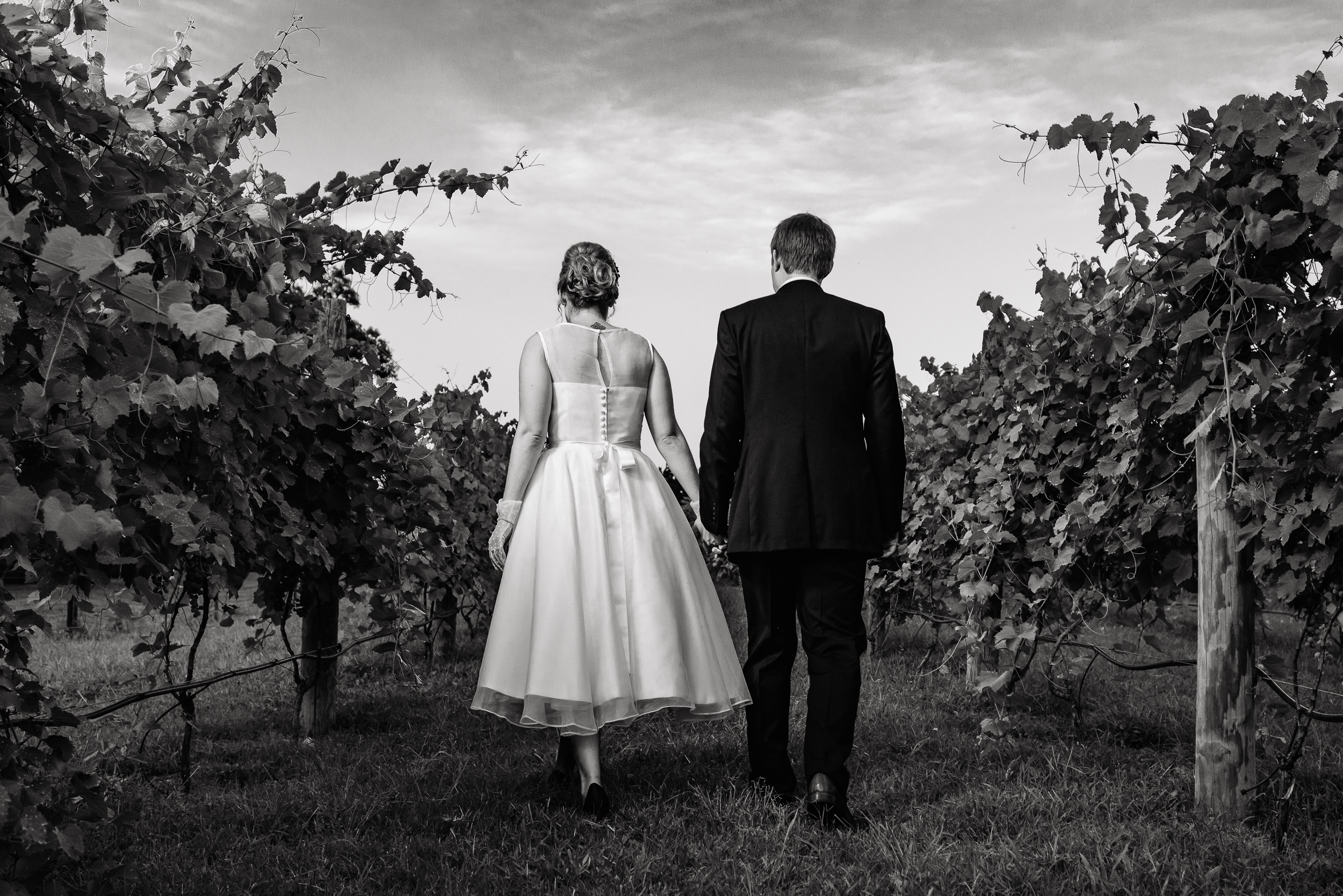 austin-wedding-photographers-vineyards-chappel-lodge-romantic-kiss